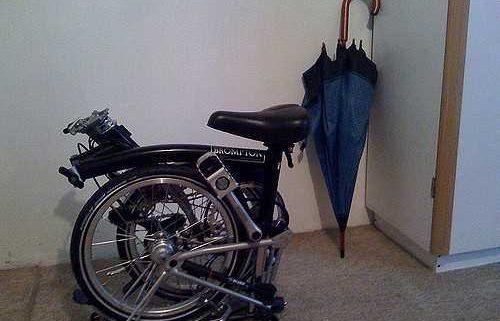 bici pieghevole riposta in casa
